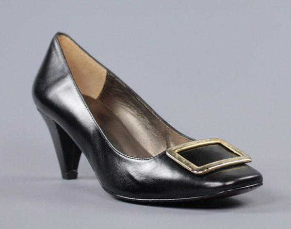 Zapatos negros con pieza dorada.u790