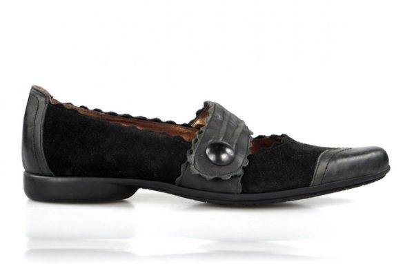 zapatos negros de tacón bajo. u026