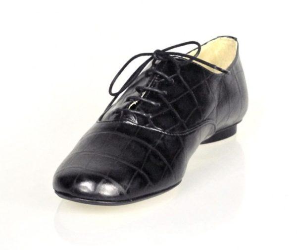 zapatos negros con cordones.o447