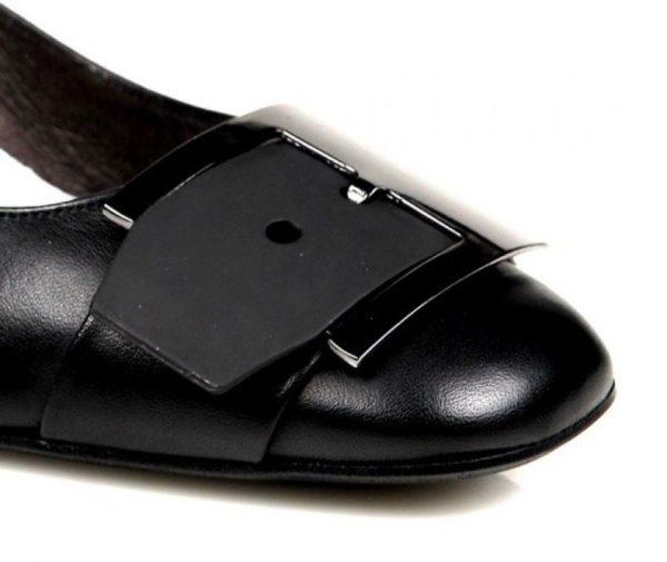 zapatos negros con hebilla . u279