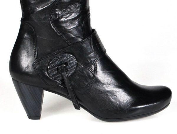 botas negras de tacón . u260