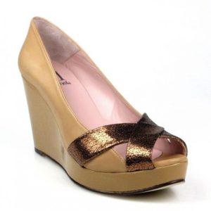 zapatos cuña color cuero.u484