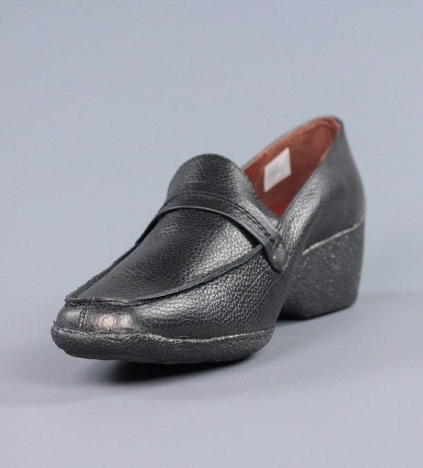 Zapato negro con cuña.u838x